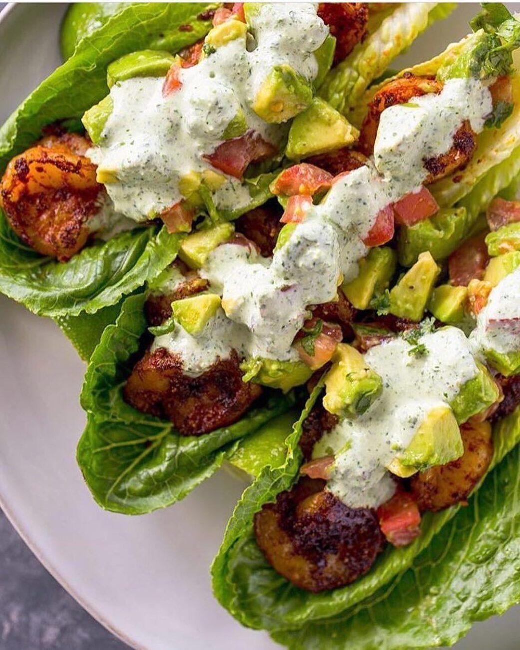 Салат с начинкой из креветок, помидоров и авокадо
