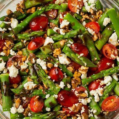 Салат с помидорами и спаржей, заправленный сыром и орешками - рецепт с фото