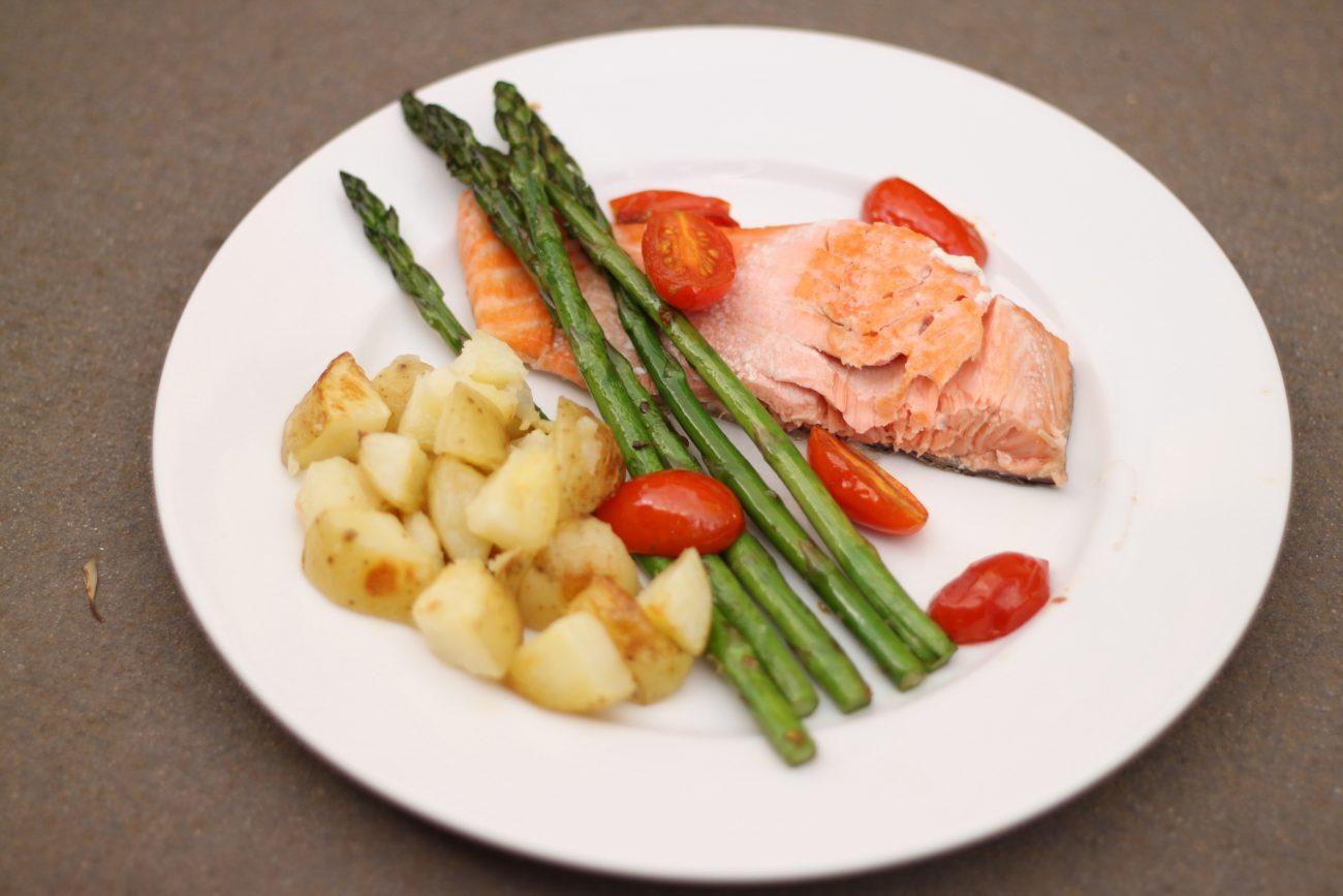 Стейк лосося, запеченный с овощами
