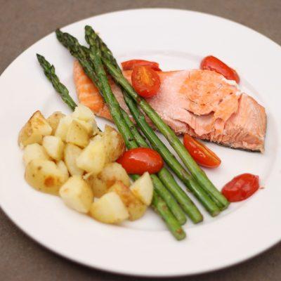 Стейк лосося, запеченный с овощами - рецепт с фото