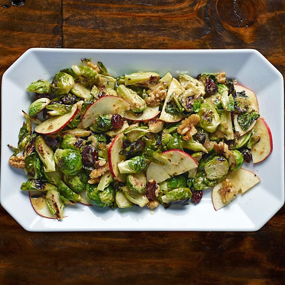 Теплый салат из запеченной брюссельской капусты, яблок и орехов