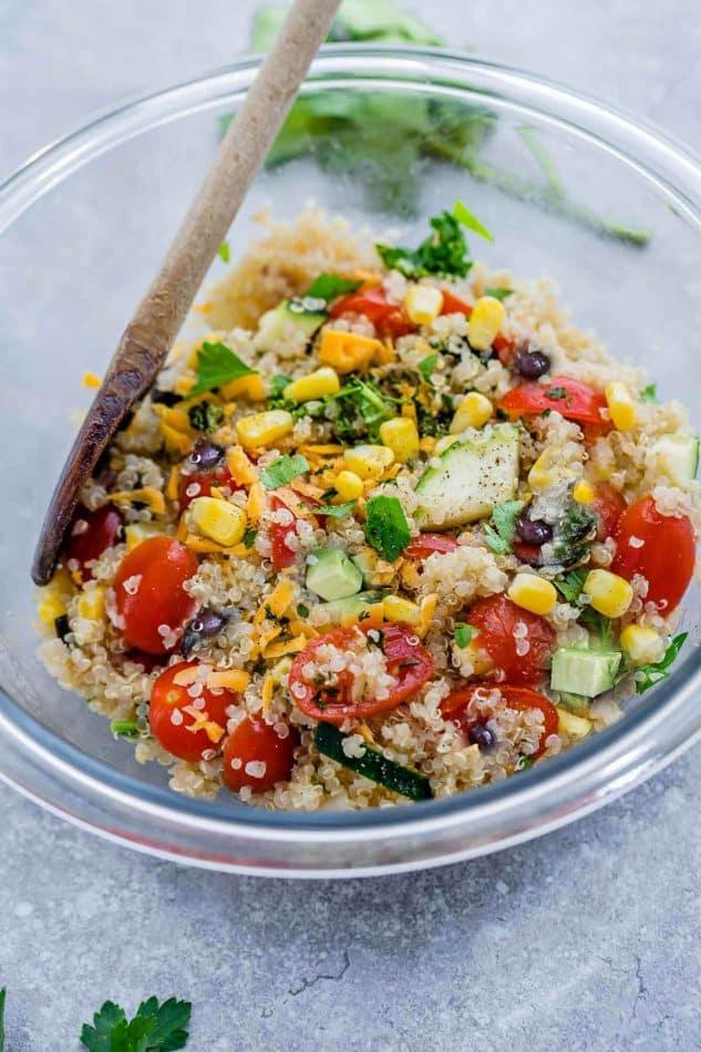 Фасолевый салат с киноа, кукурузой и овощами