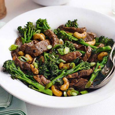 Теплый салат из телятины с брокколи и кешью - рецепт с фото