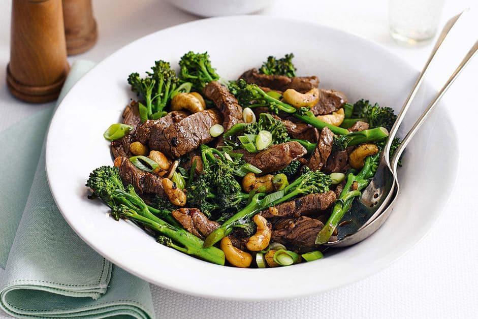 Теплый салат из телятины с брокколи и кешью