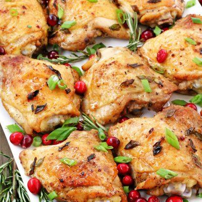 Запеченные куриные бедра в духовке с клюквой - рецепт с фото