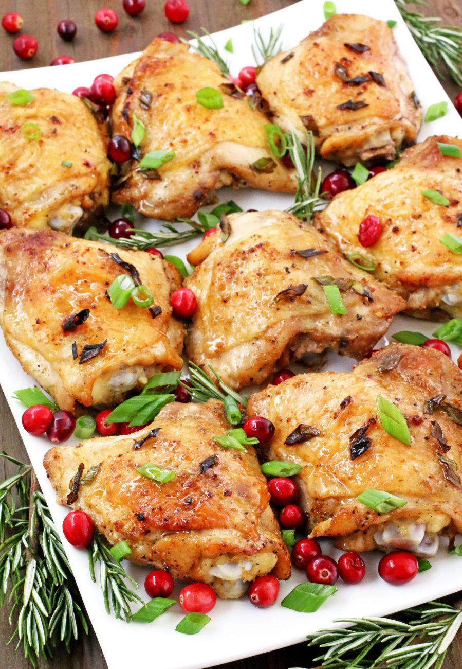 Запеченные куриные бедра в духовке с клюквой