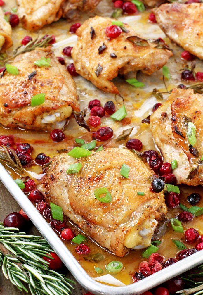 Фото рецепта - Запеченные куриные бедра в духовке с клюквой - шаг 5