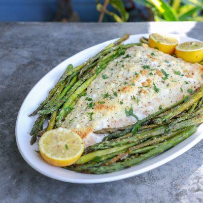 Целое рыбное филе, запеченное со спаржей - рецепт с фото