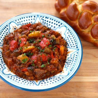 Говядина, тушеная с баклажанами, перцем и томатами - рецепт с фото