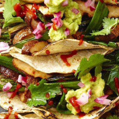 Лепешки такос с жареной спаржей и грибами шиитаке - рецепт с фото