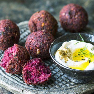 Малокалорийные свекольные шарики с орехами для фуршета - рецепт с фото