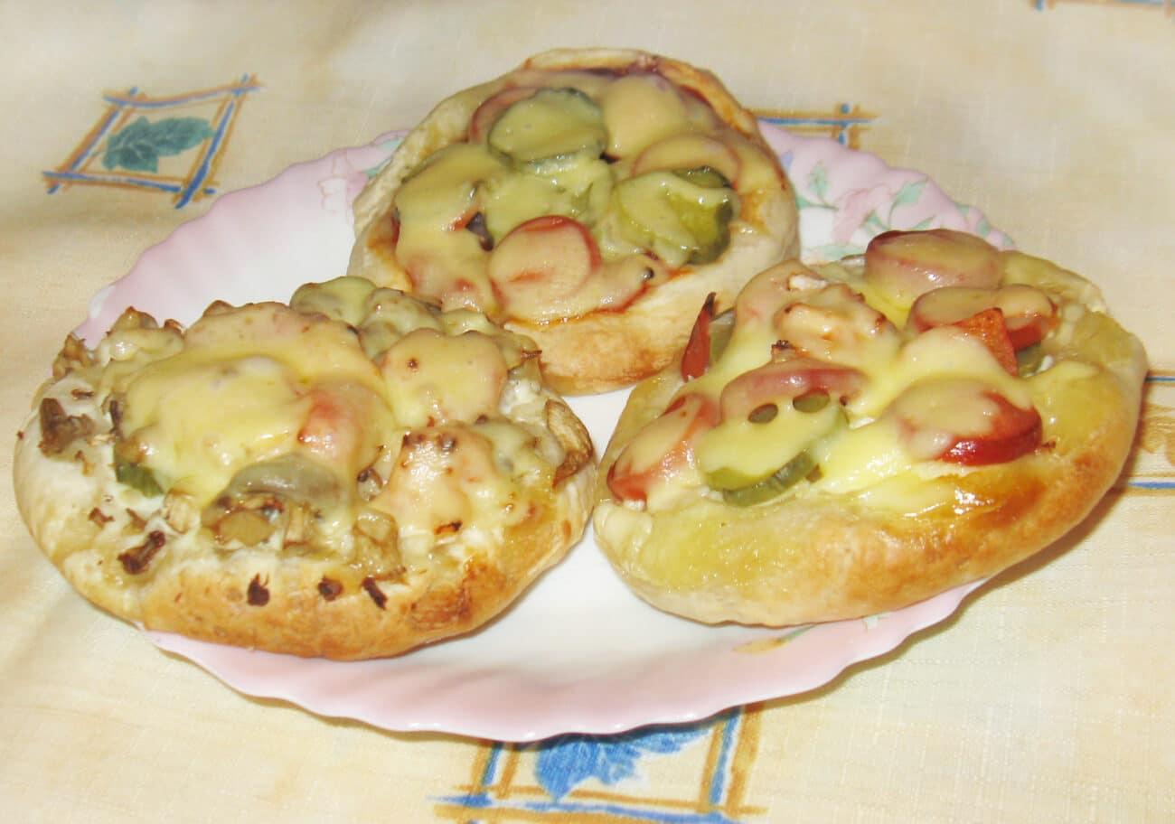 Мини-пицца с грибами и сосисками
