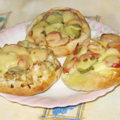 Мини-пицца с грибами и сосисками - рецепт с фото