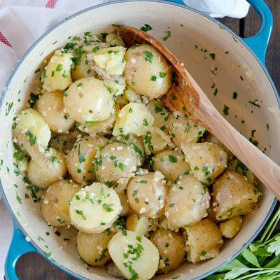 Молодая картошка с зеленью и чесноком (гарнир) - рецепт с фото