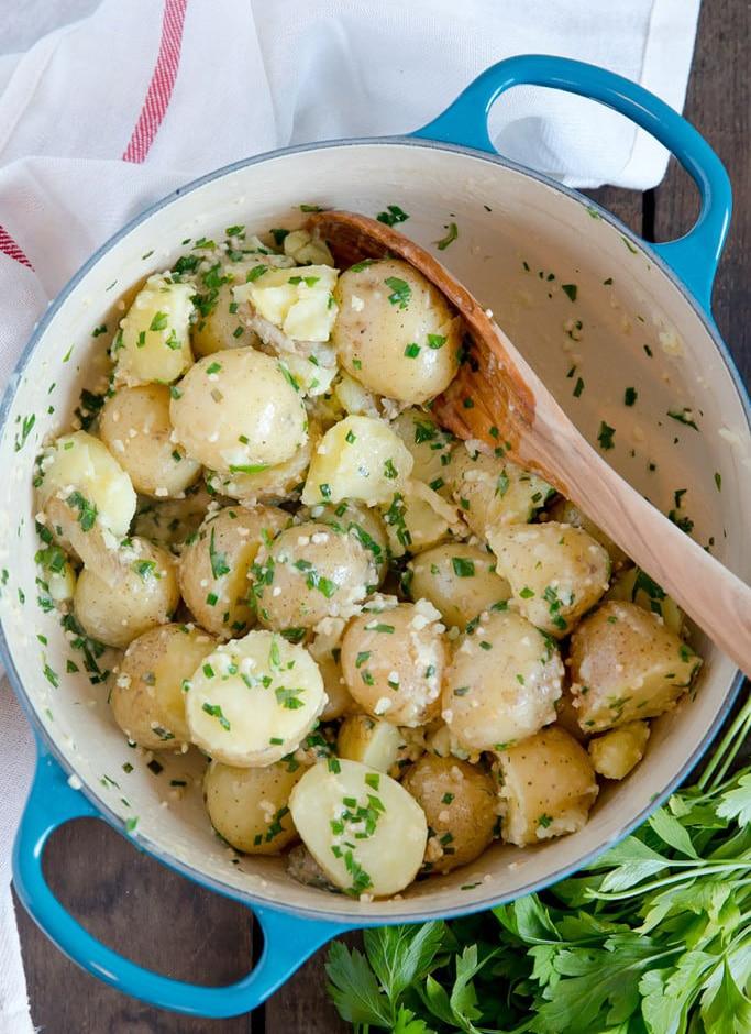 Молодая картошка с зеленью и чесноком (гарнир)