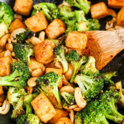 Нежная брокколи и тофу в кокосовом молоке с орешками - рецепт с фото