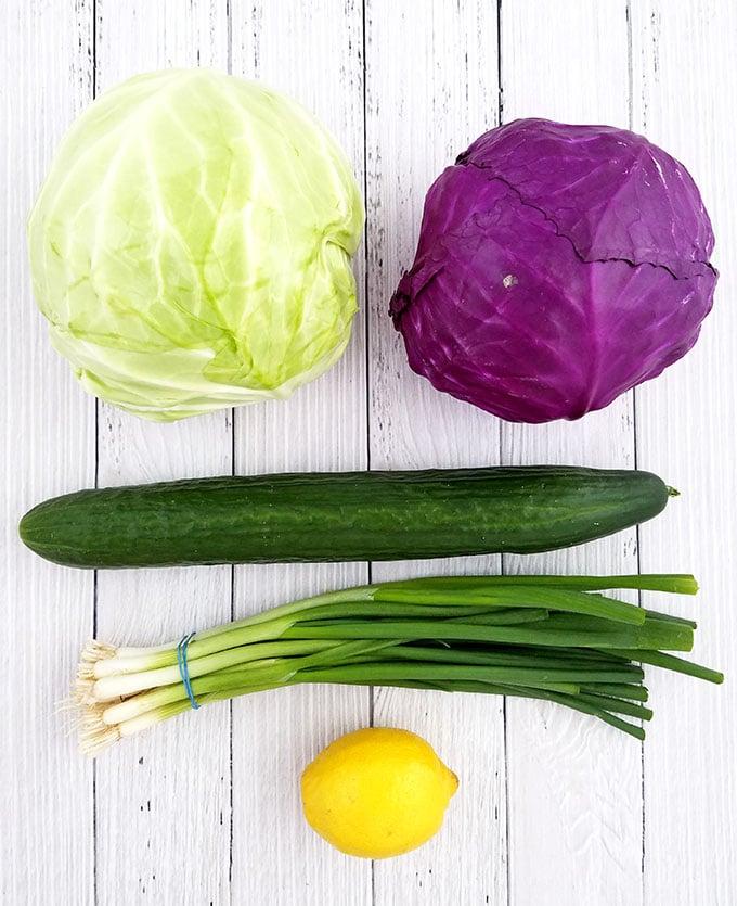 Фото рецепта - Салат из краснокочанной и белокочанной капусты с огурцом - шаг 1