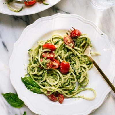 Спагетти из цукини с помидорами и соусом из базилика и орехов - рецепт с фото