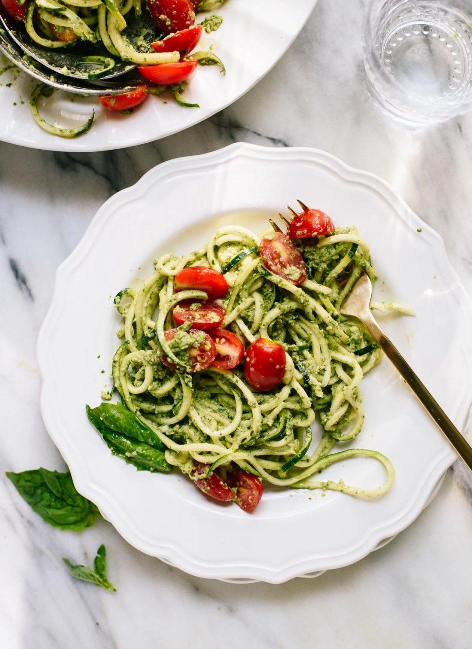Спагетти из цукини с помидорами и соусом из базилика и орехов