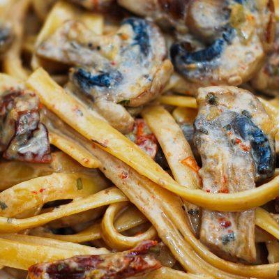 Спагетти с грибами и вялеными томатами - рецепт с фото