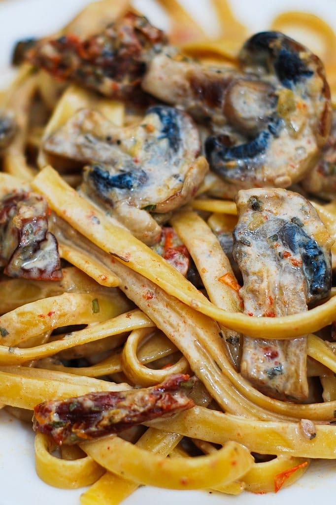 Спагетти с грибами и вялеными томатами