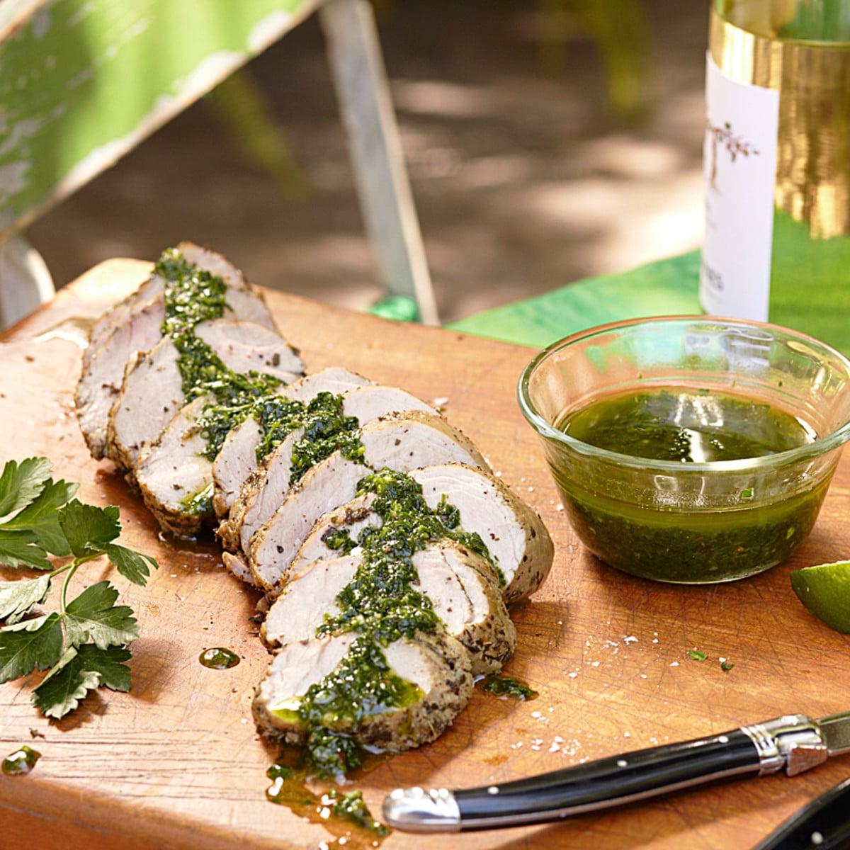 Свиная вырезка, приготовленная в мультиварке под травяным соусом