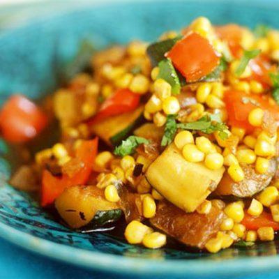 Теплый салат из индейки с кукурузой и кабачками - рецепт с фото