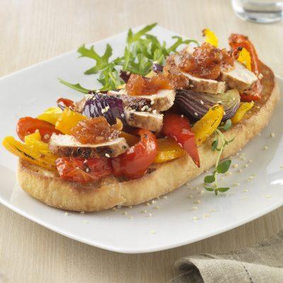 Ароматная брускетта с филе индейки и овощами - рецепт с фото