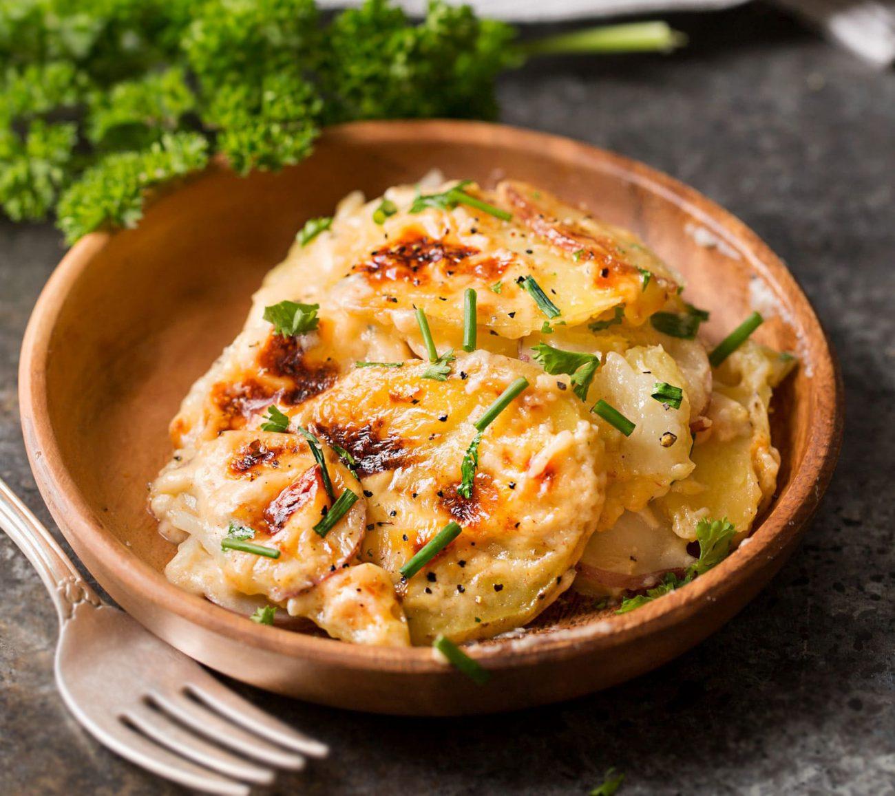 Ароматный картофель с чесноком и сыром