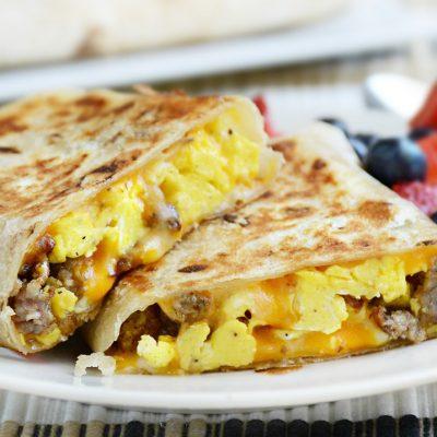 Буррито с яичницей и колбаской к завтраку - рецепт с фото