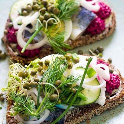 Бутерброды со свеклой и селедкой - рецепт с фото