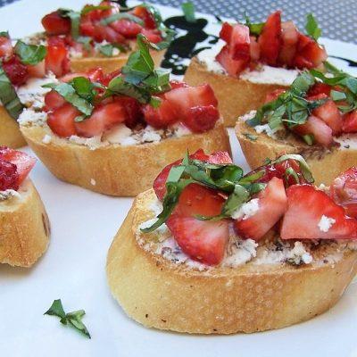 Чесночная брускетта с крем-сыром и клубникой - рецепт с фото