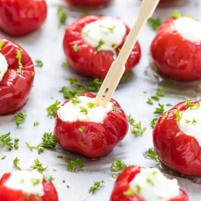 Оригинальная закуска из запеченных помидоров творожной начинкой - рецепт с фото