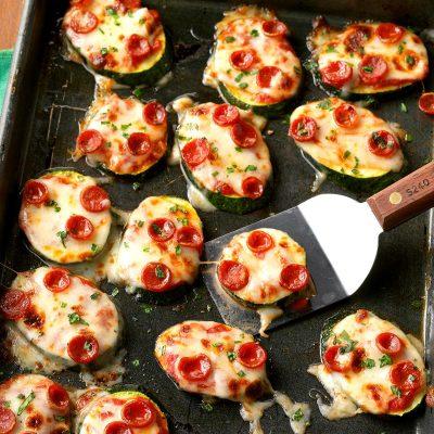 Мини-пиццы из цукини с сыром и колбаской - рецепт с фото