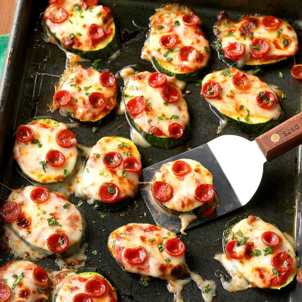 Мини-пиццы из цукини с сыром и колбаской