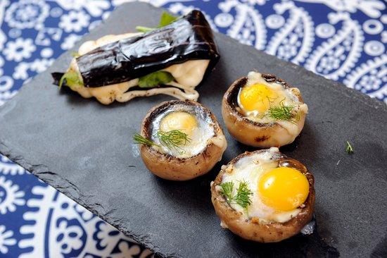 Шампиньоны, запеченные с перепелиным яйцом