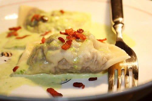 Равиоли с мясом и соусом из гороха и бекона - рецепт с фото