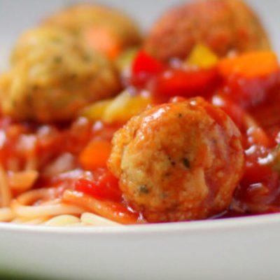 Рыбные фрикадельки, тушенные с овощами и рисом - рецепт с фото