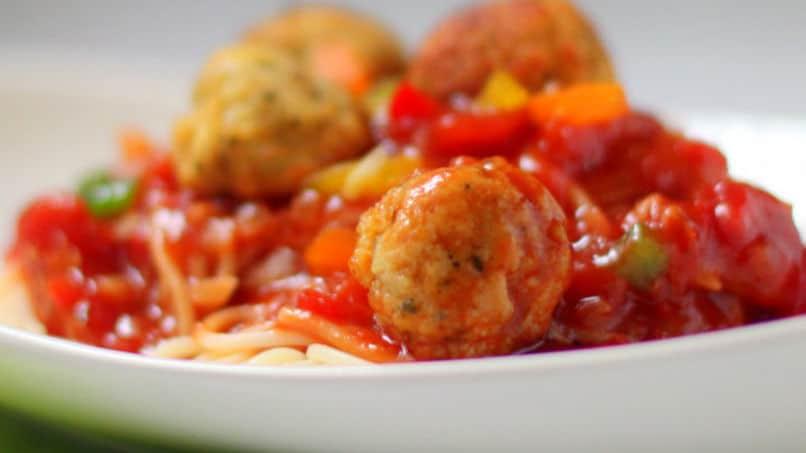 Рыбные фрикадельки, тушенные с овощами и рисом