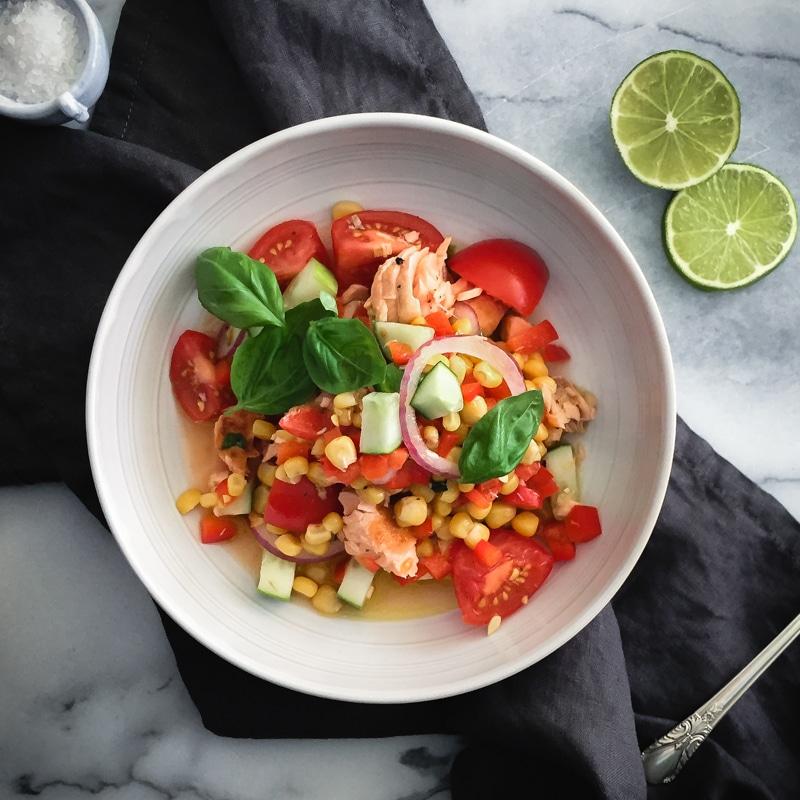 Салат из красной рыбы с кукурузой и овощами