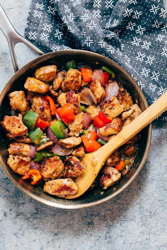 Сочное куриное филе, тушеное с перцем и луком