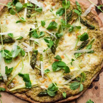 Сырная пицца со спаржей и орехами - рецепт с фото