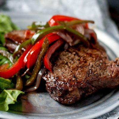 Телячий стейк, тушеный в вине с овощами - рецепт с фото