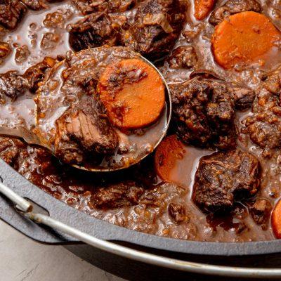Телятина в белом вине с морковью и черносливом - рецепт с фото