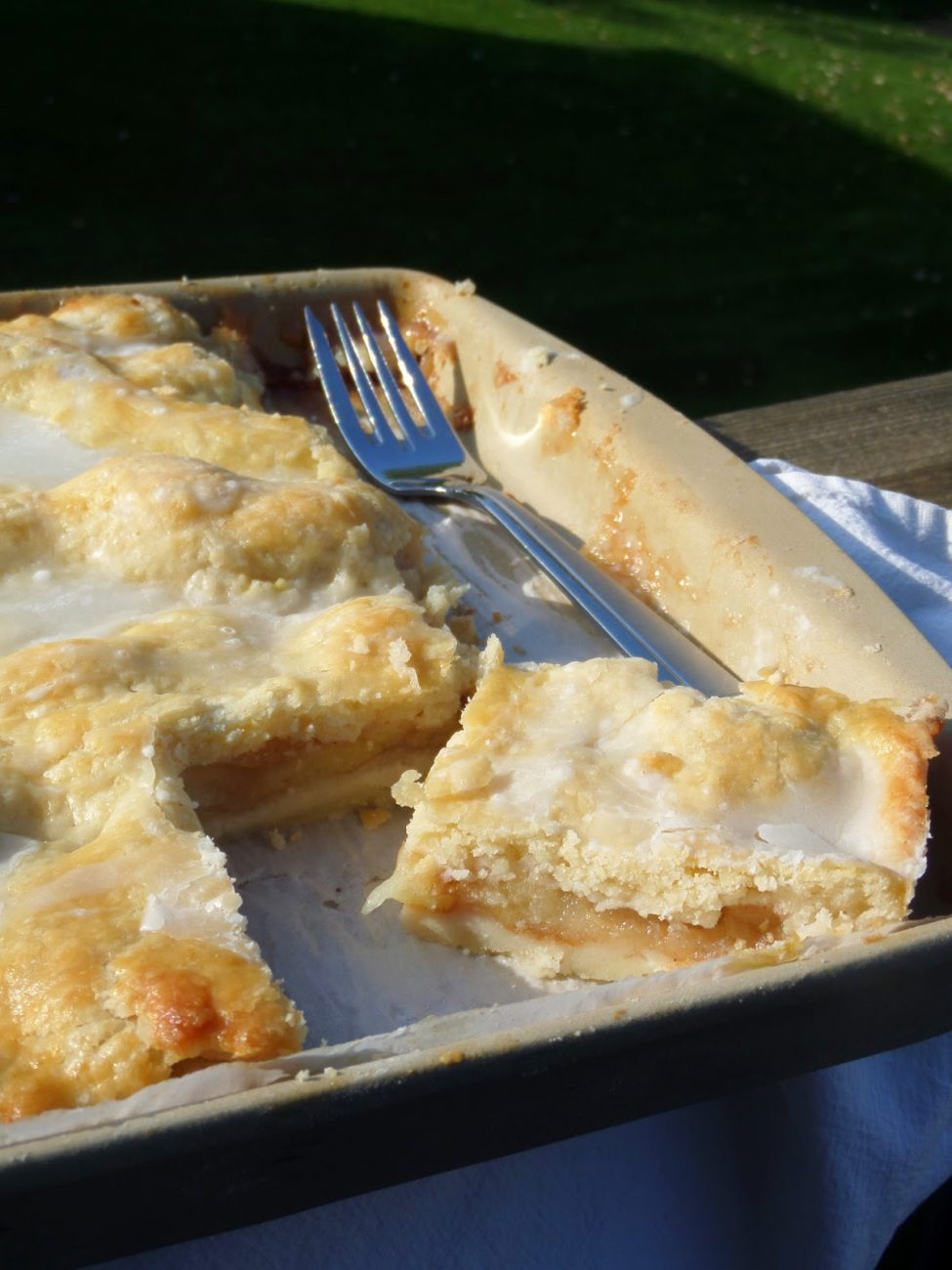 Вкусный пирог с печеньем и тертым яблоком