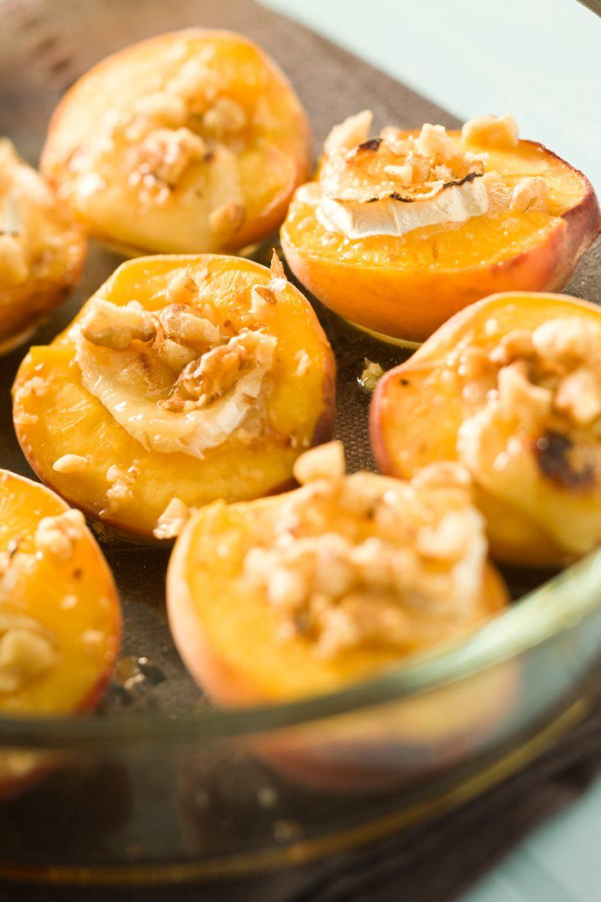 Запеченные персики с сыром Бри и орехами