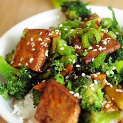Жареная брокколи с сыром тофу на подушке из риса басмати - рецепт с фото