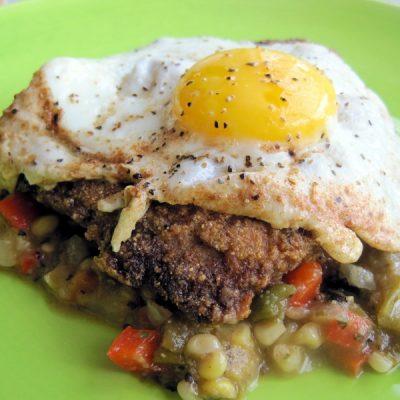 Жареный антрекот с  овощами и куриным яйцом - рецепт с фото
