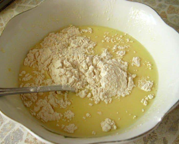 Фото рецепта - Блины на кефире со сметаной и малиновым джемом - шаг 2