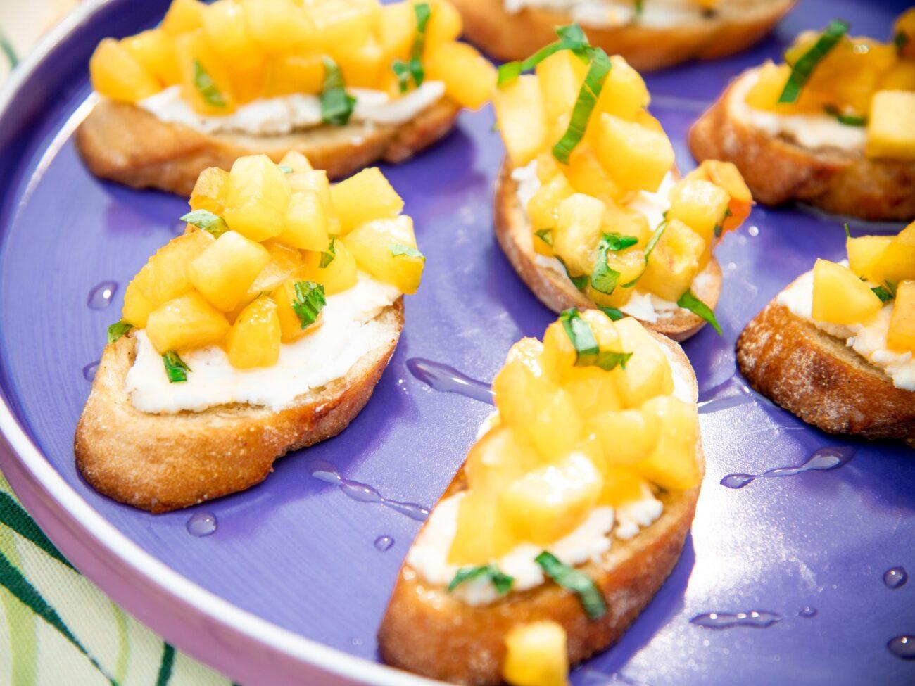 Брускета с сыром и персиком